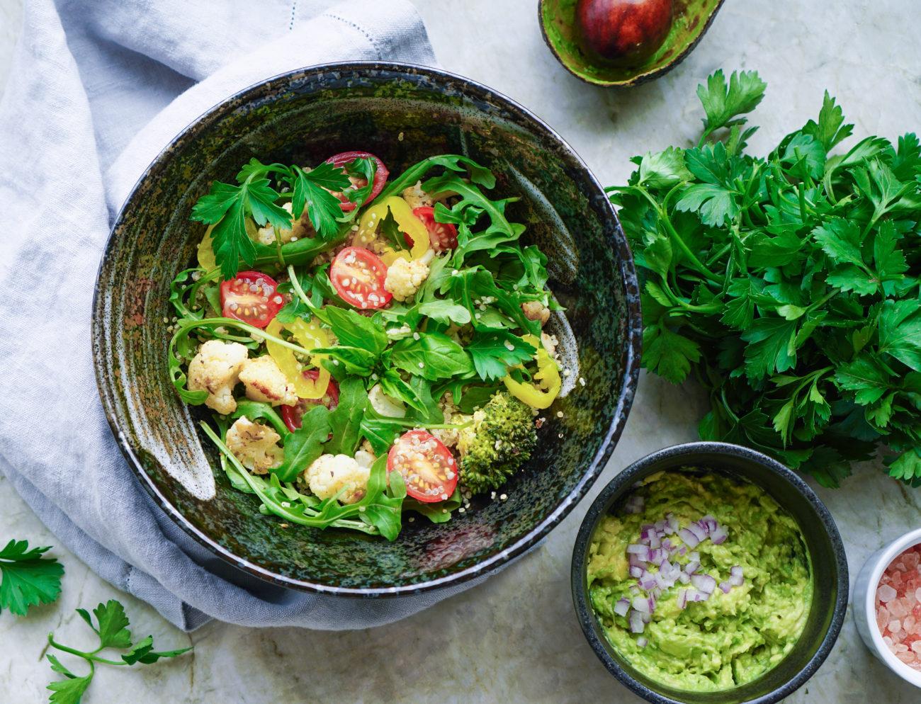 Sałatka z komosą ryżową brokułem i kalafiorem