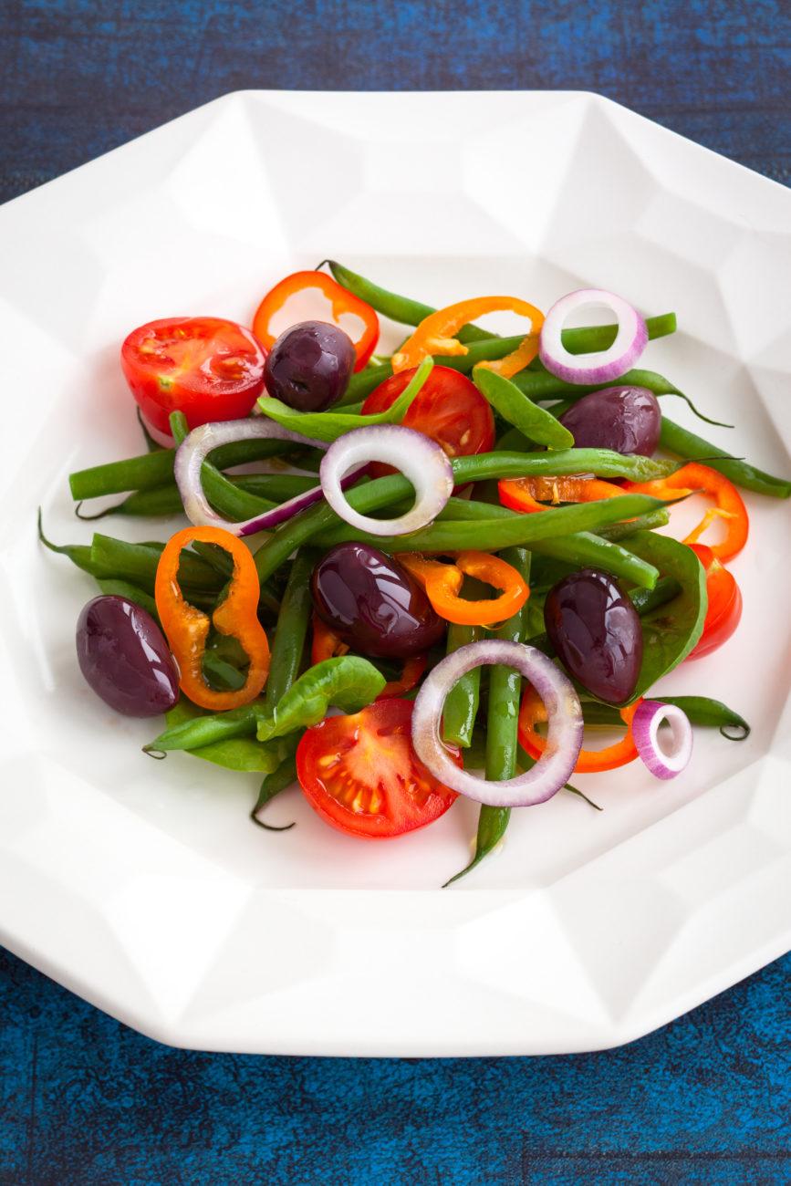 Kolorowa sałatka z zieloną fasolką szparagową