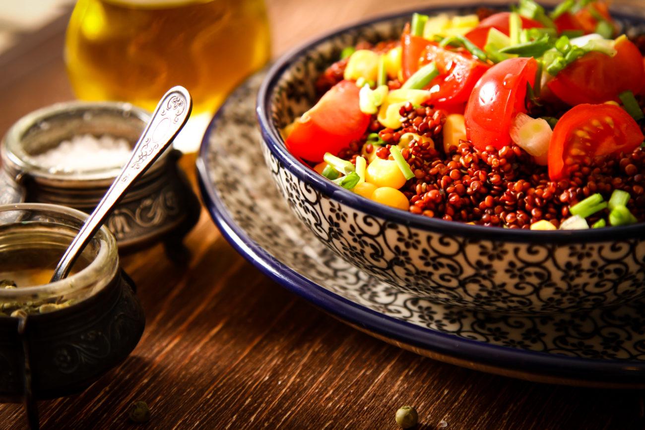 Sałatka z soczewicą, pomidorami i kukurydzą